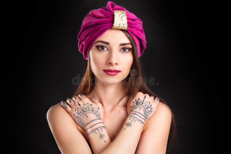 Mooie jonge oosterse vrouw in tulband stock foto
