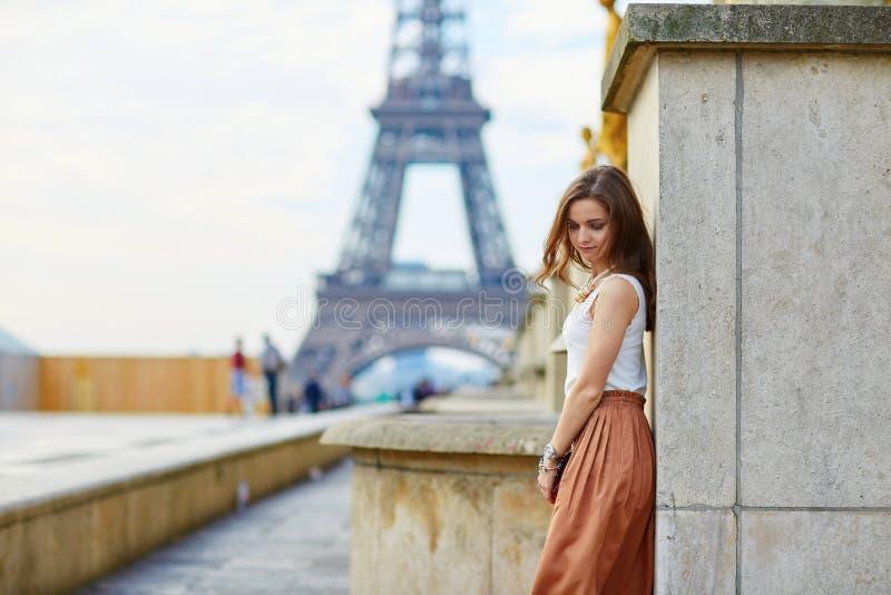 Mooie jonge Parijse vrouw stock foto