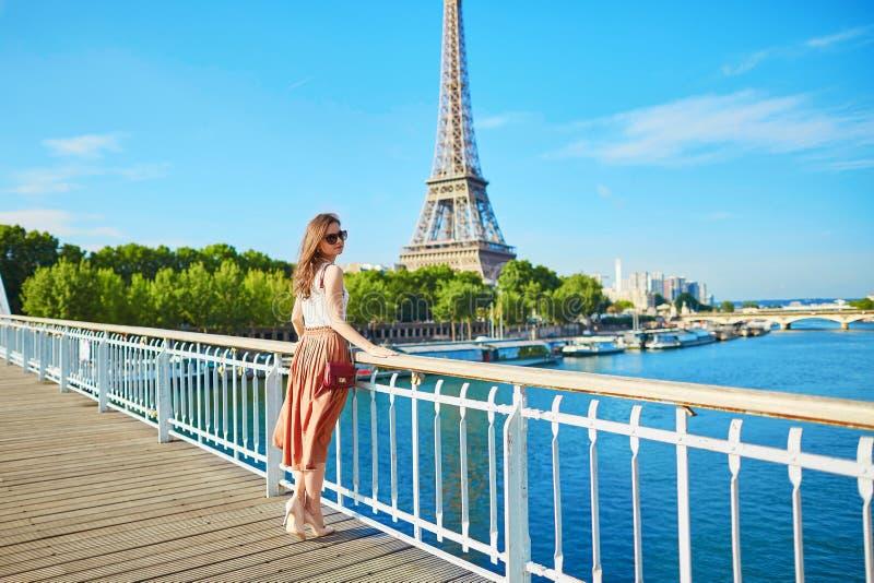 Mooie jonge Parijse vrouw dichtbij de toren van Eiffel stock foto's