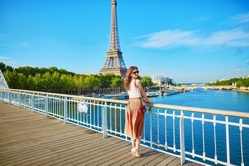 Mooie jonge Parijse vrouw dichtbij de toren van Eiffel royalty-vrije stock foto