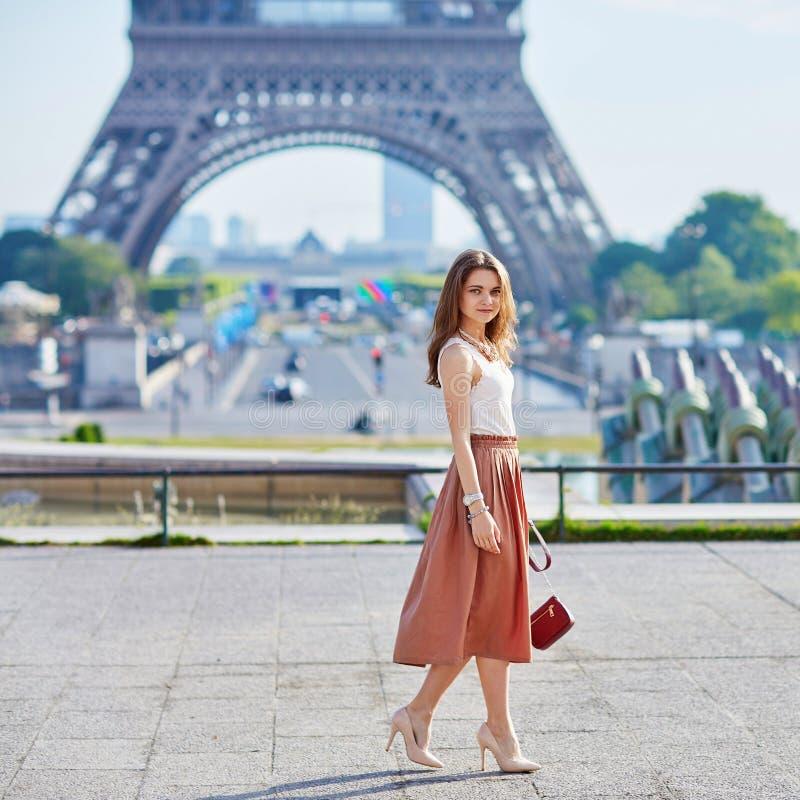 Mooie jonge Parijse vrouw dichtbij de toren van Eiffel royalty-vrije stock afbeelding