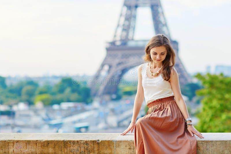 Mooie jonge Parijse vrouw dichtbij de toren van Eiffel stock afbeelding