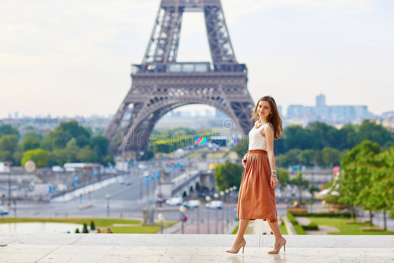 Mooie jonge Parijse vrouw dichtbij de toren van Eiffel stock fotografie