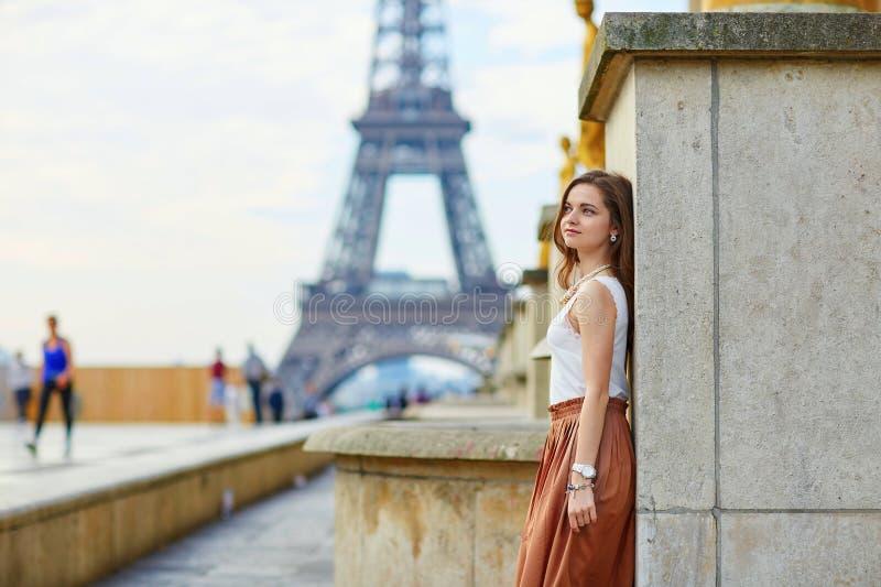 Mooie jonge Parijse vrouw dichtbij de toren van Eiffel stock foto