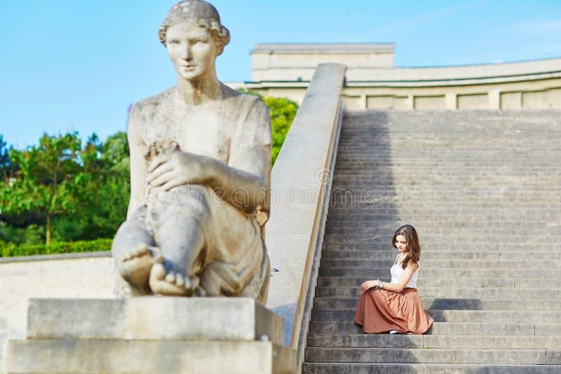 Mooie jonge Parijse vrouw in lange bruine zijderok stock fotografie