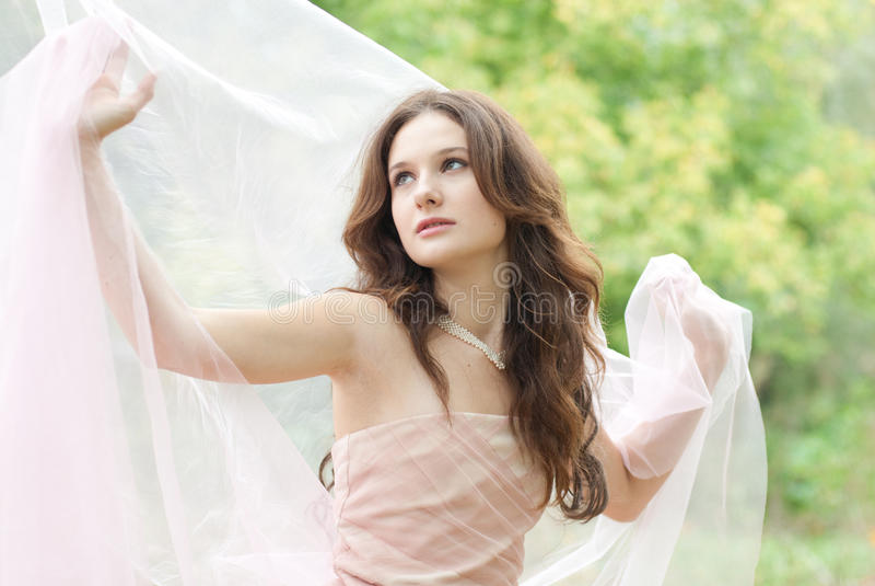 Mooie jonge sensuele vrouw met witte zijdesjaal stock afbeeldingen
