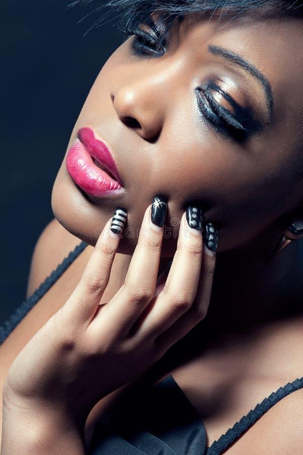 Mooie jonge sensuele vrouw met donkere make-up stock fotografie