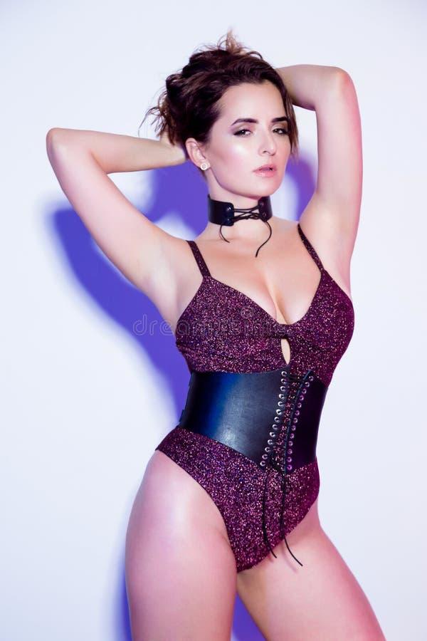 Mooie jonge sexy vrouw in bodysuit royalty-vrije stock afbeelding