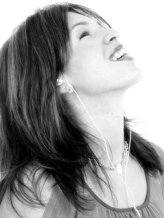 Mooie Jonge Spaanse Vrouw die van Muziek geniet stock afbeelding