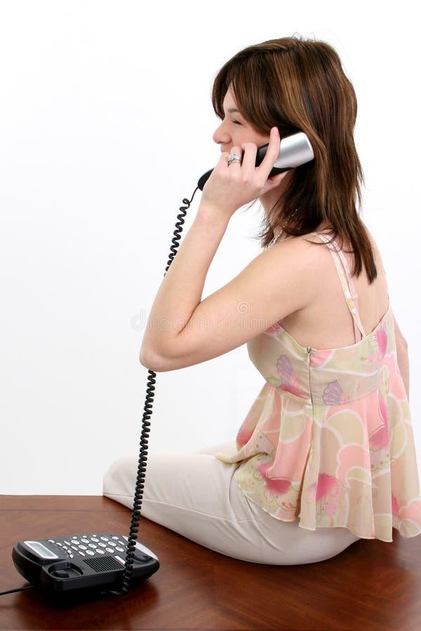 Mooie Jonge Spaanse Vrouw op Telefoon royalty-vrije stock foto