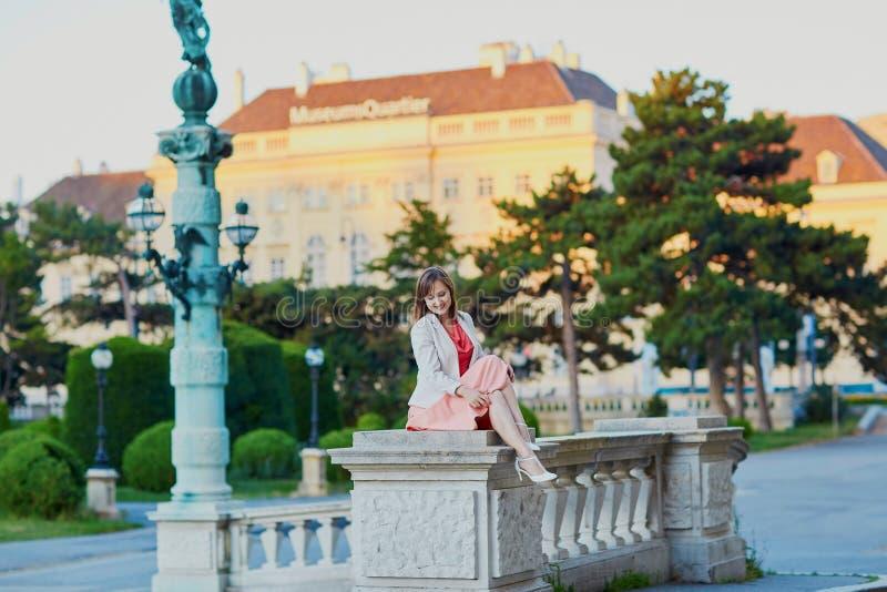 Mooie jonge toerist in Wenen stock fotografie
