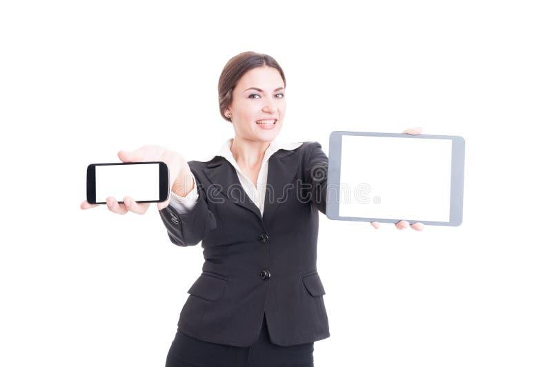 Mooie jonge verkoopvrouw die moderne technologieapparaten tonen royalty-vrije stock fotografie