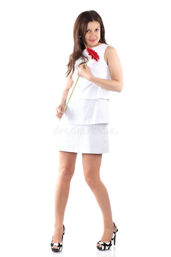 Mooie jonge volledige lichaamsvrouw in het witte kleding stellen met rood g royalty-vrije stock afbeeldingen