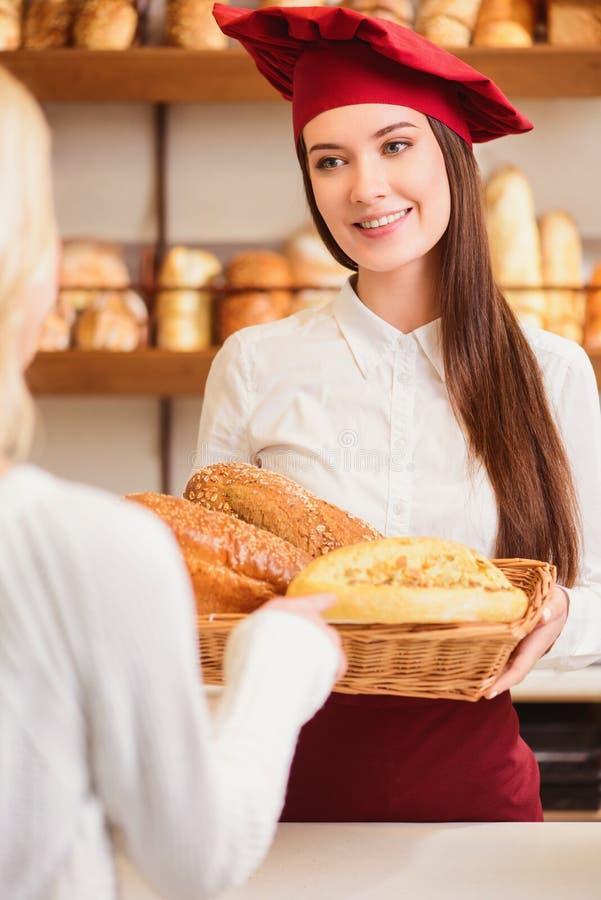 Mooie jonge vrouw bij bakkerswinkel royalty-vrije stock fotografie