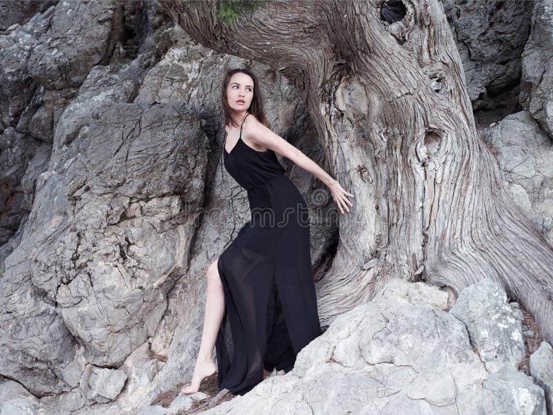 Mooie jonge vrouw bij de oude boom royalty-vrije stock foto's
