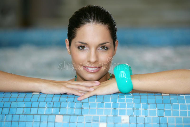 Mooie jonge vrouw bij een Jacuzzi stock fotografie