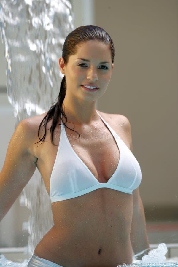 Mooie jonge vrouw bij een pool royalty-vrije stock foto