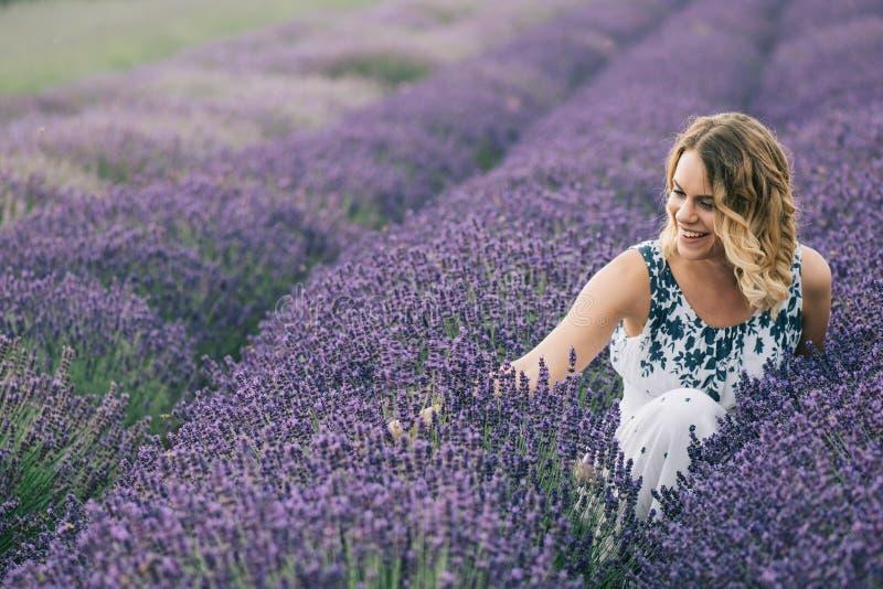 Mooie jonge vrouw bij lavendelgebied royalty-vrije stock foto's