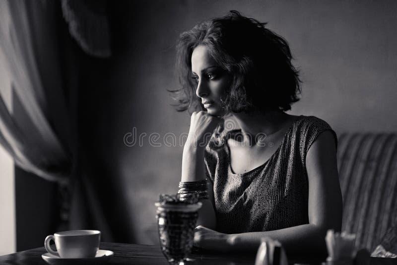 Mooie jonge vrouw in binnenland royalty-vrije stock afbeelding