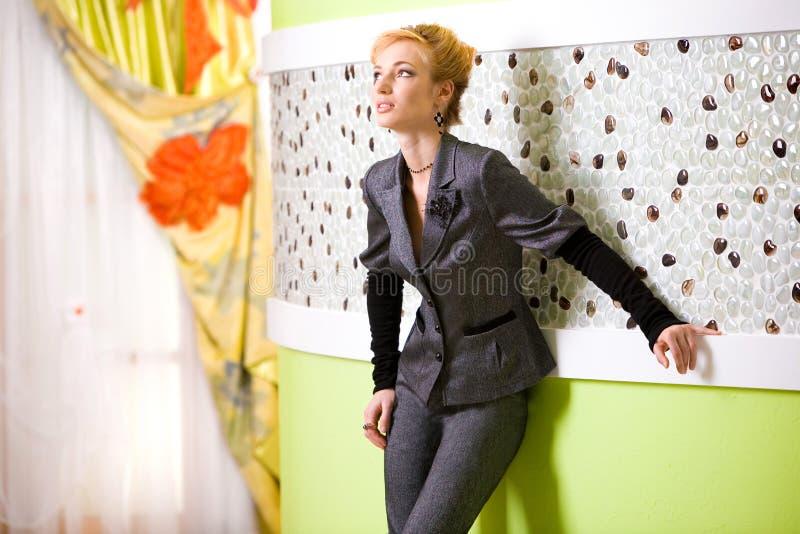 Mooie jonge vrouw in binnenland stock afbeelding