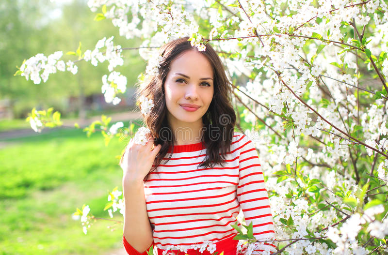 Mooie jonge vrouw in bloeiende de lentetuin stock fotografie