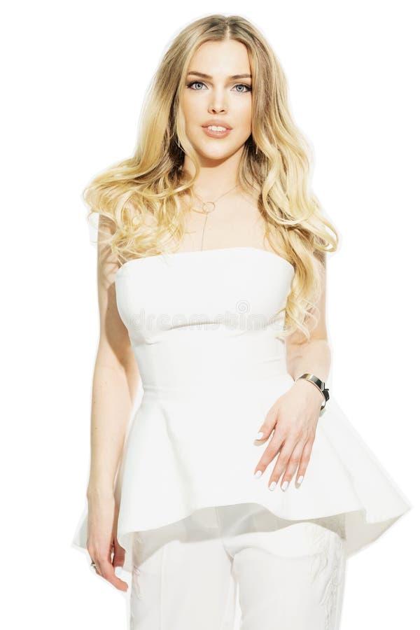Mooie jonge vrouw, blonde, in een elegant wit kostuum stock fotografie