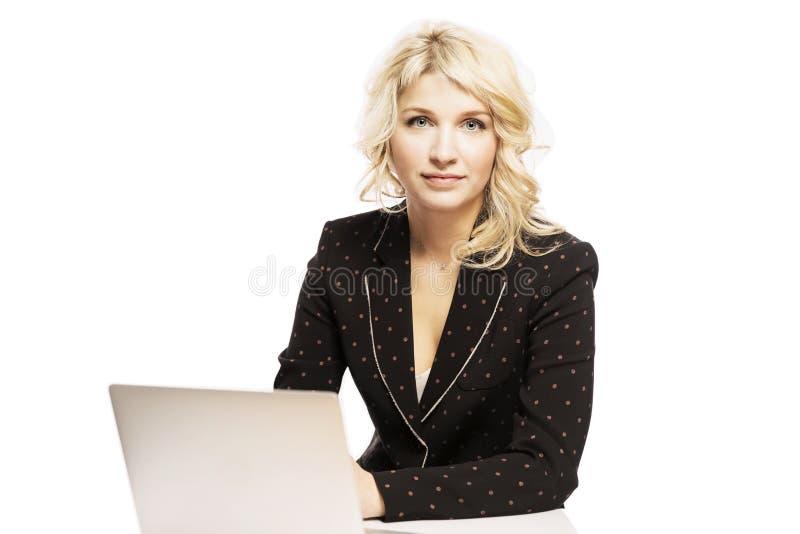 Mooie jonge vrouw, blonde, in een pak, die in laptop werken royalty-vrije stock foto