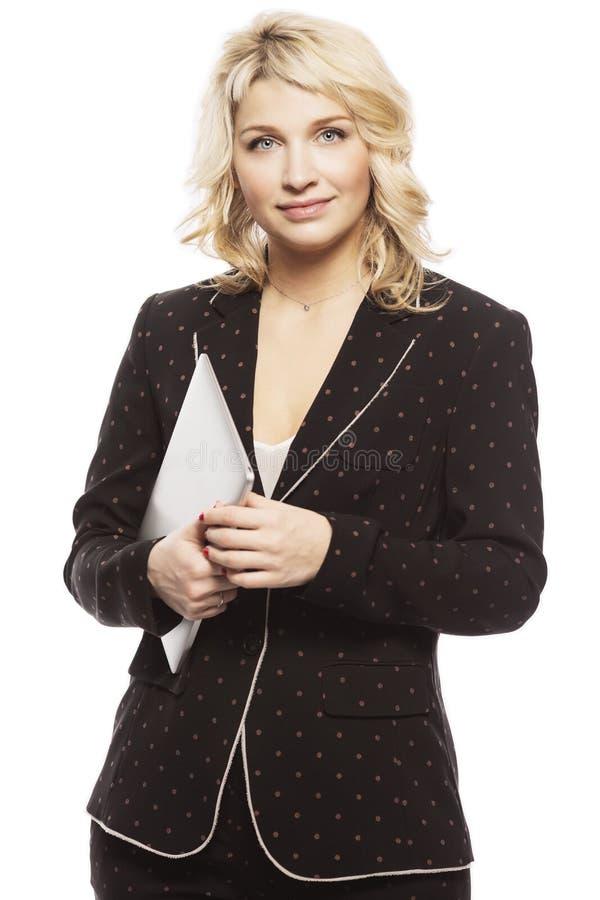 Mooie jonge vrouw, blonde, in een pak met laptop, stock afbeelding