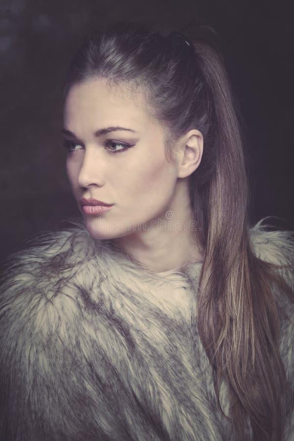 Mooie jonge vrouw in bontjasportret royalty-vrije stock foto