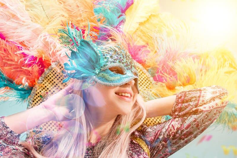 Mooie jonge vrouw in Carnaval masker stock foto