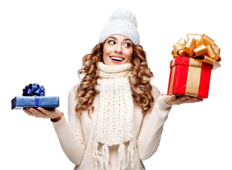 Mooie jonge vrouw in de gebreide wollen sweater het glimlachen dozen van de holdingsgift royalty-vrije stock foto