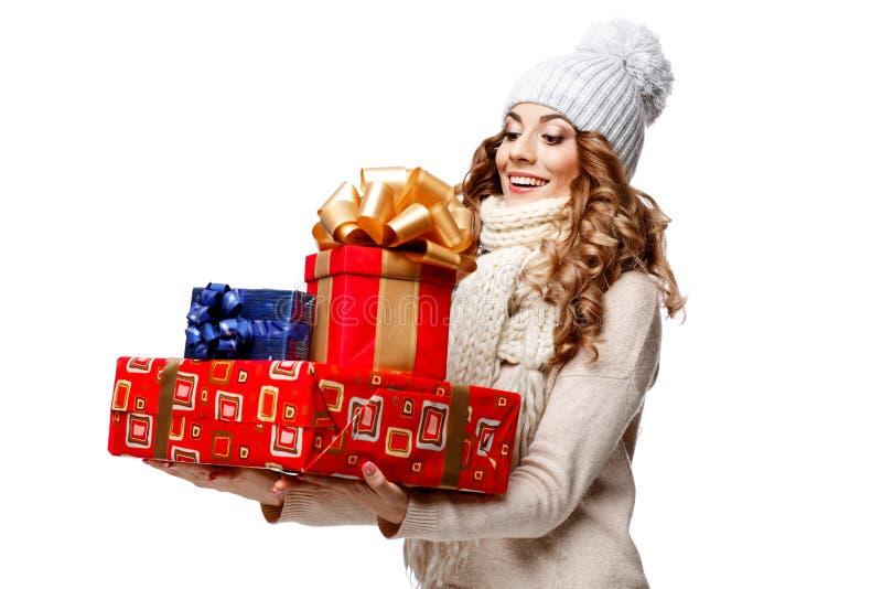 Mooie jonge vrouw in de gebreide wollen sweater het glimlachen dozen van de holdingsgift stock foto's