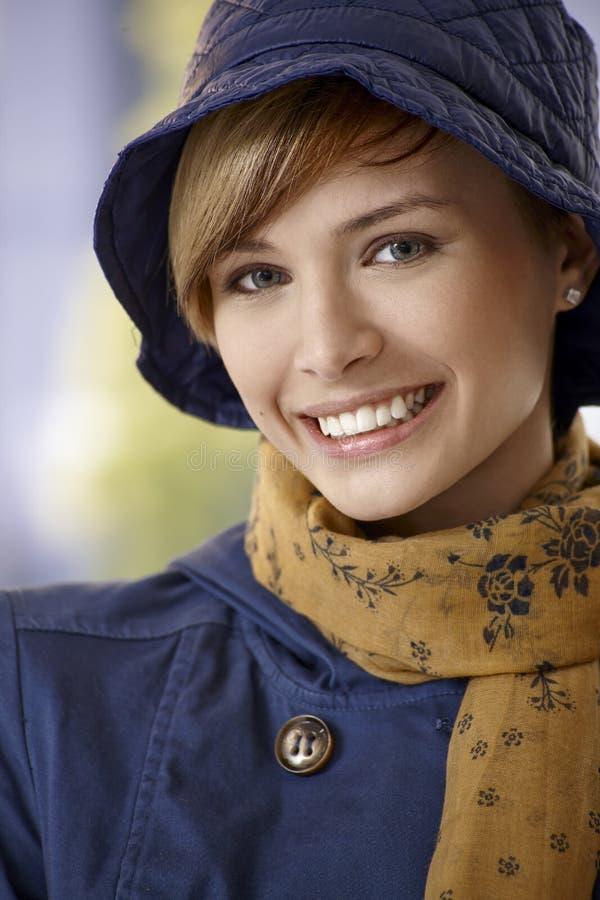 Mooie jonge vrouw in de herfstkleren stock foto's