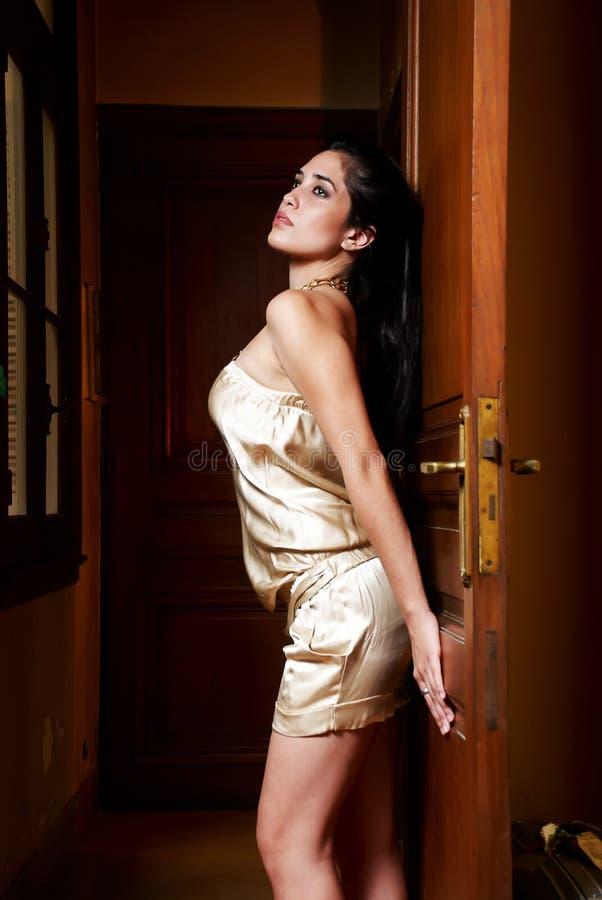 Mooie jonge vrouw in de oude flat stock foto's