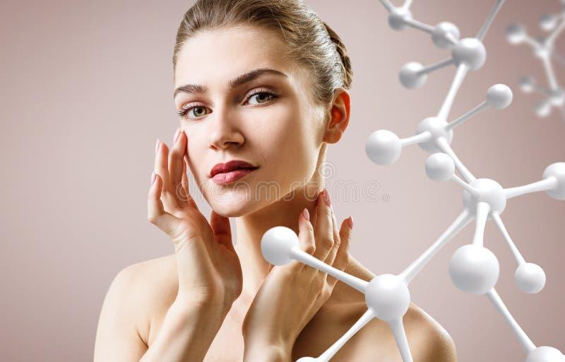 Mooie jonge vrouw dichtbij grote witte moleculeketting royalty-vrije stock afbeelding