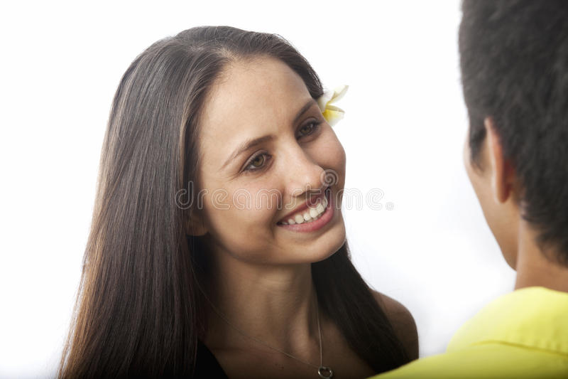 Mooie jonge vrouw die aan een man spreekt stock foto