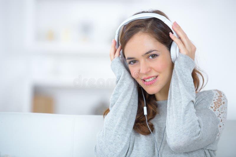 Mooie jonge vrouw die aan muziek met genoegen luisteren royalty-vrije stock fotografie