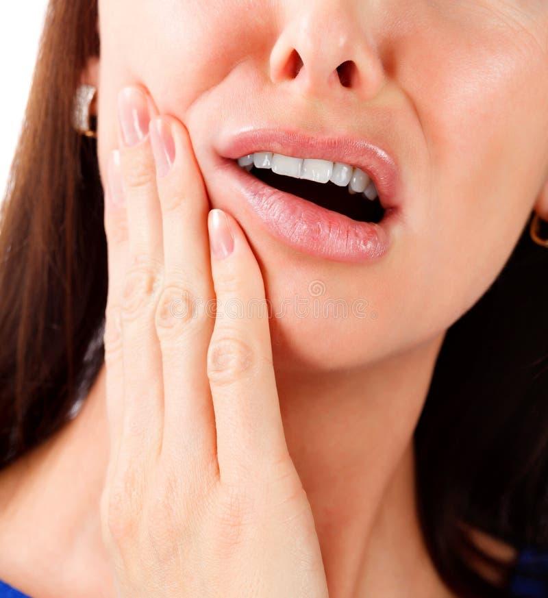 Mooie jonge vrouw die aan tandpijn lijden royalty-vrije stock afbeelding