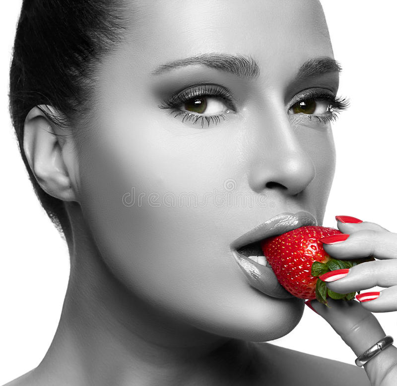 Mooie Jonge Vrouw die Aardbei eten royalty-vrije stock foto