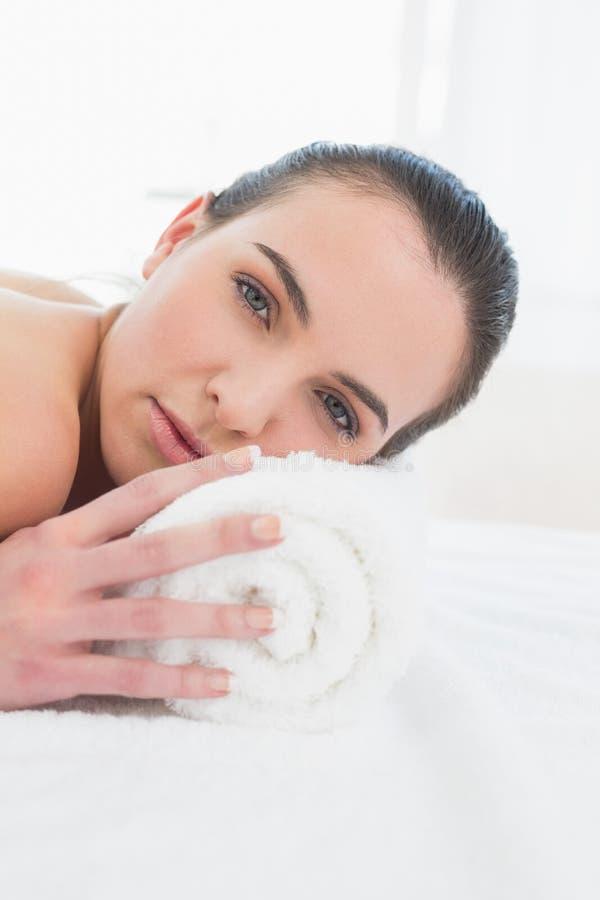 Mooie jonge vrouw die in beauty spa rust stock afbeelding