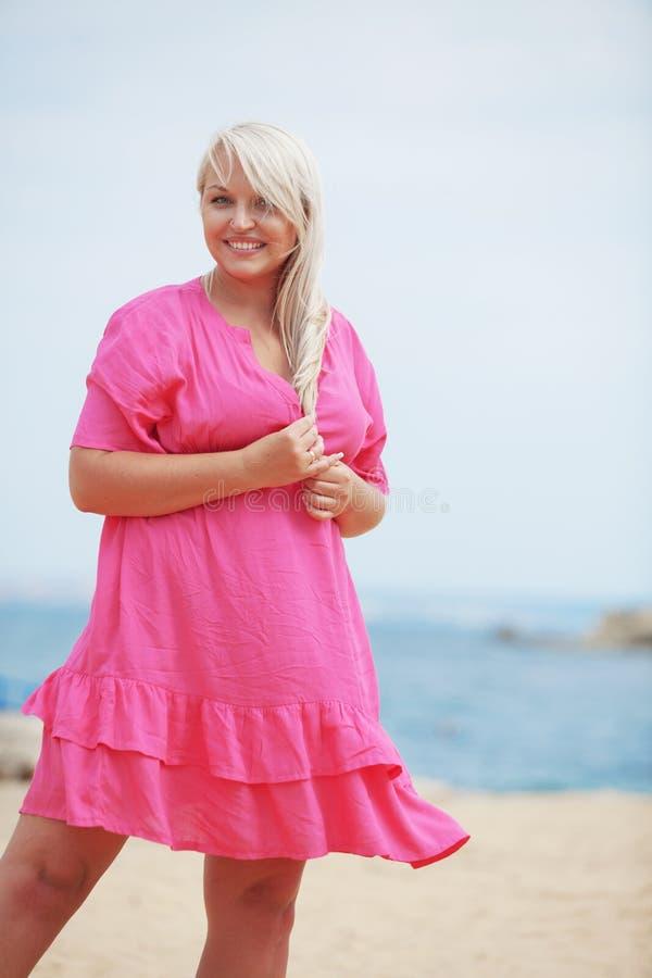 Vrouw die bij het strand rusten royalty-vrije stock foto
