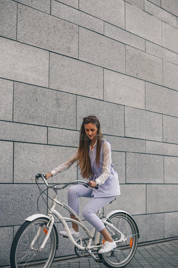 Mooie jonge vrouw die door fiets krijgen te werken royalty-vrije stock afbeelding