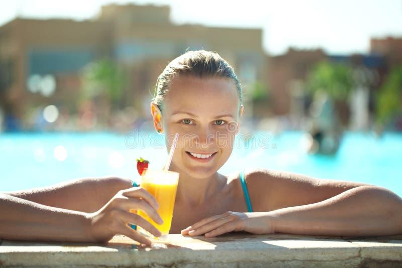 Mooie jonge vrouw die een cocktail drinken royalty-vrije stock fotografie