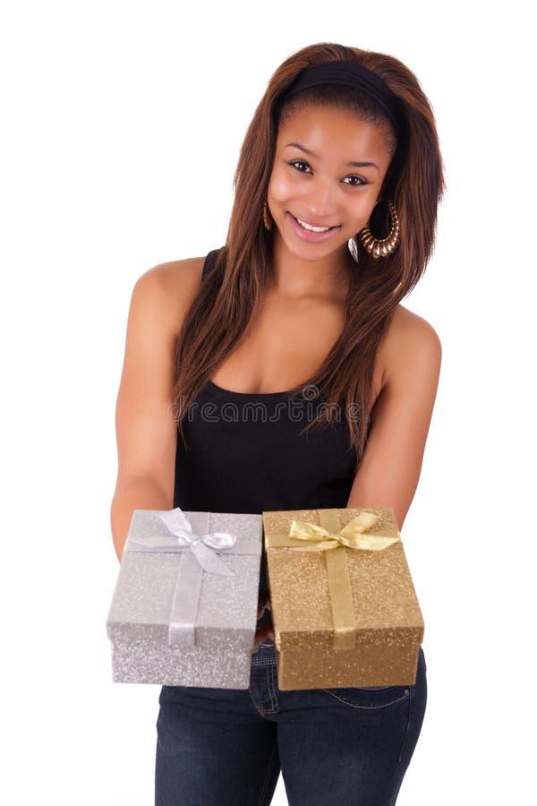 Mooie jonge vrouw die een gift houden, die op wit wordt geïsoleerdh stock foto's