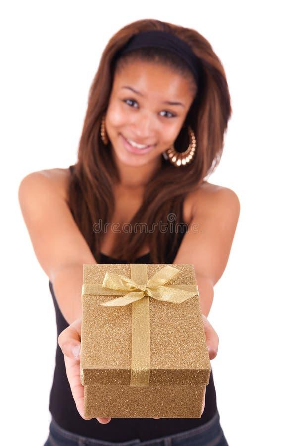 Mooie jonge vrouw die een gift houden, die op wit wordt geïsoleerdo royalty-vrije stock afbeeldingen
