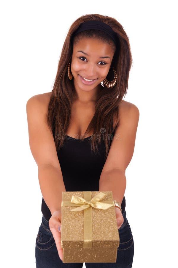 Mooie jonge vrouw die een gift houden, die op wit wordt geïsoleerdo royalty-vrije stock foto's