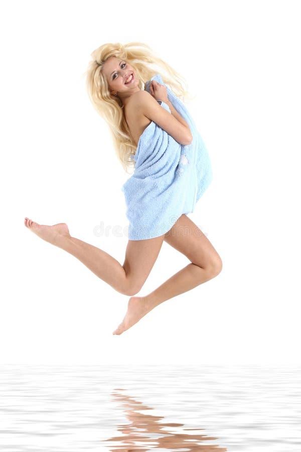 Mooie jonge vrouw die in een handdoek wordt verpakt stock fotografie
