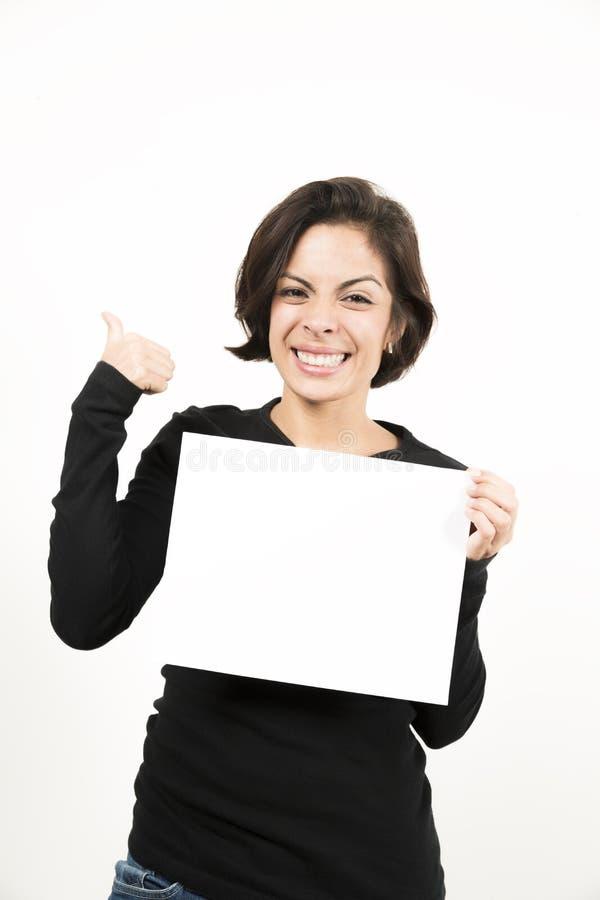 Mooie jonge vrouw die een leeg blad van document houden stock foto