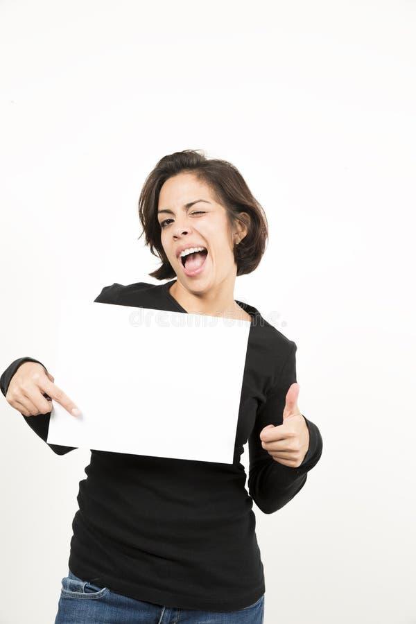 Mooie jonge vrouw die een leeg blad van document houden stock foto's