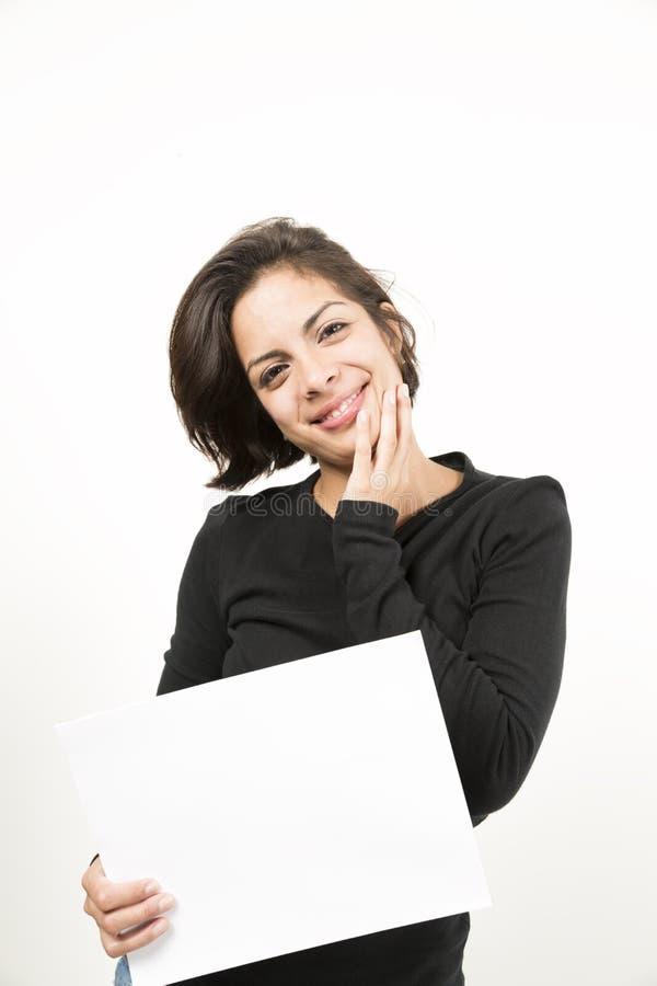 Mooie jonge vrouw die een leeg blad van document houden royalty-vrije stock foto's